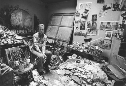 Francis Bacon in his studio - Extrovert